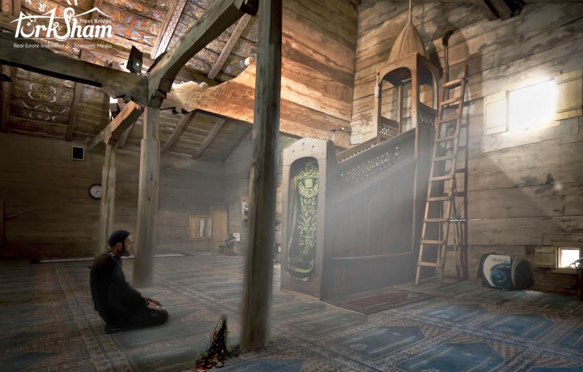مسجد عمره 8 قرون يضفي فيه القران  روحانية خاصة في رمضان :